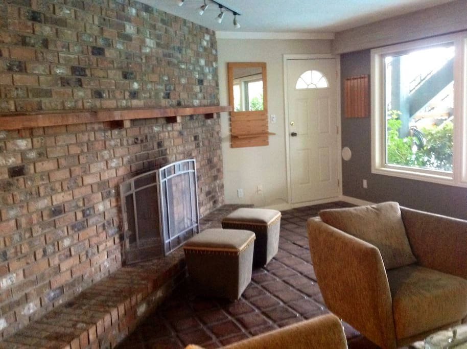 Private entrance & living room fireplace