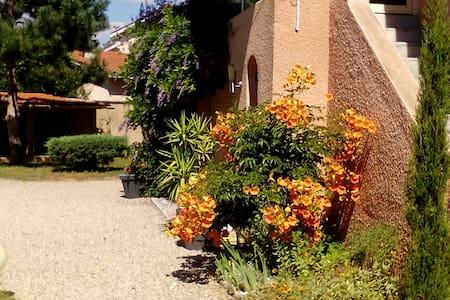 """Grand studio  dans """"villa Lyon Est"""" - Saint-Priest - Huoneisto"""