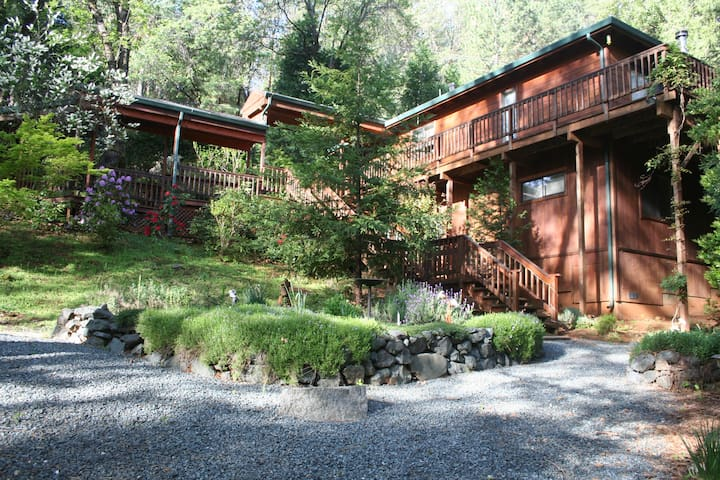 Spacious 3BR Getaway w/Jacuzzi & Creek on 2 acres - Grass Valley - Rumah