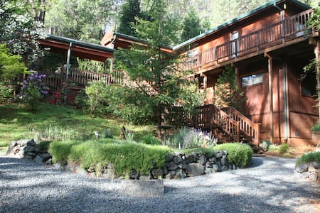 Spacious 3BR Getaway w/Jacuzzi & Creek on 2 acres - Grass Valley