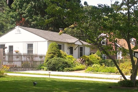 Charming 2 Bedroom House with Pool! - Bellport