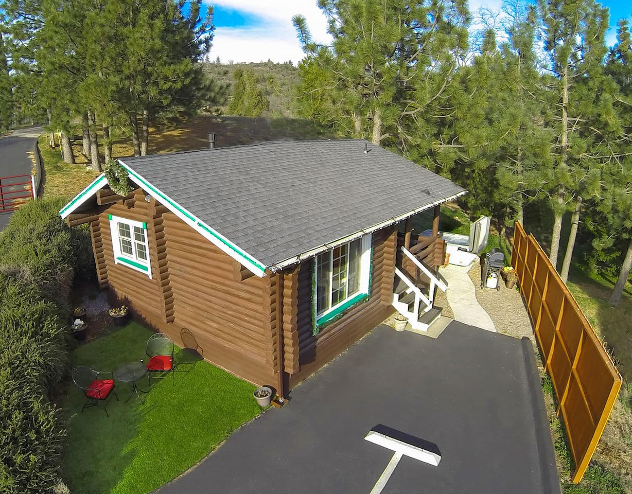 Coleman Creek is an AUTHENTIC Log Cabin. Only a 2-minute walk to town.