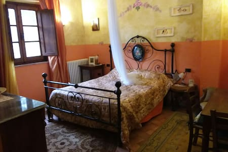 Camera in antico stile toscano - Toscana, IT
