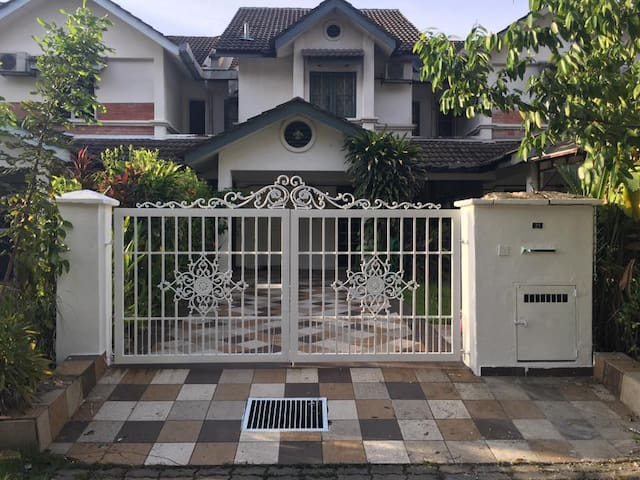 Little Cottage Homestay Shah Alam sec26 - Shah Alam - House