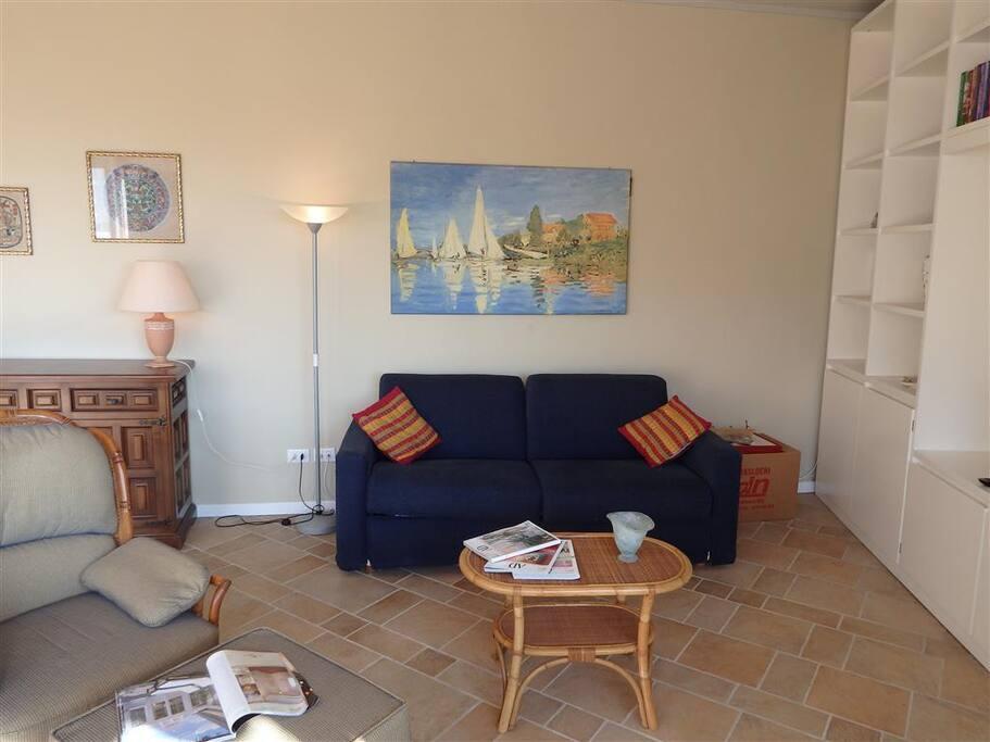 Soggiorno con divano letto matrimoniale Living room with double sofa bed