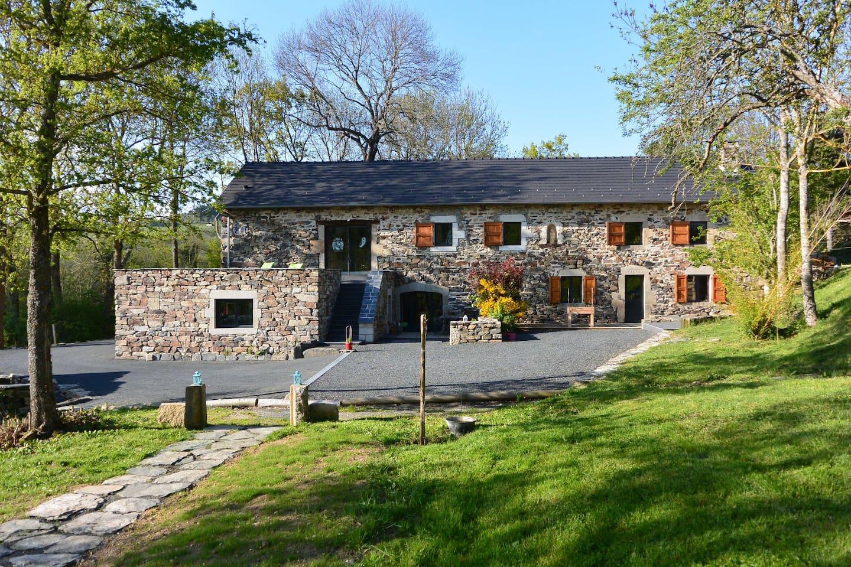 Vue d'ensemble de la maison. Grand espace et cadre verdoyant.