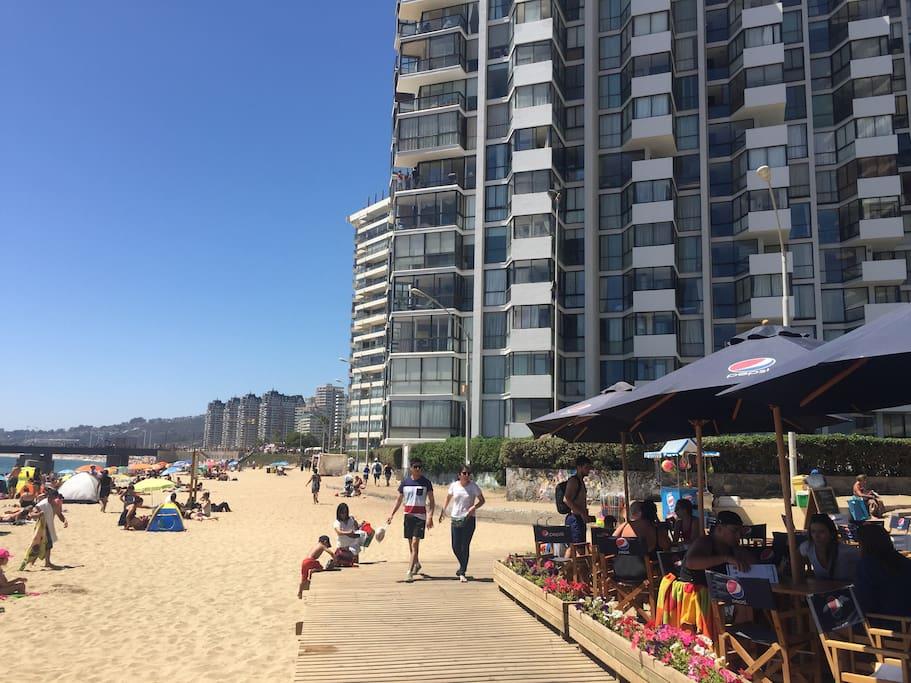 Vista del edificio Acapulco (donde se encuentra el depto) desde la Playa, rodeado de Cafés y del Muelle Vergara.