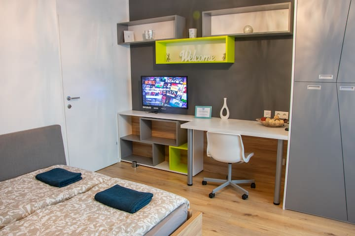 Huge modern room with everything you need for the stay in Vienna. - Fast internet - Smart TV with Netflix & 150+ channels - custom made fancy furniture