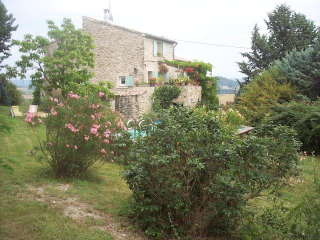 chambre dans maison provencal - pierrerue - Haus