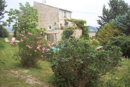 chambre dans maison provencal - pierrerue