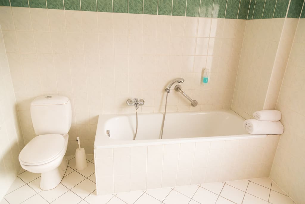 A nice and clean bathroom.