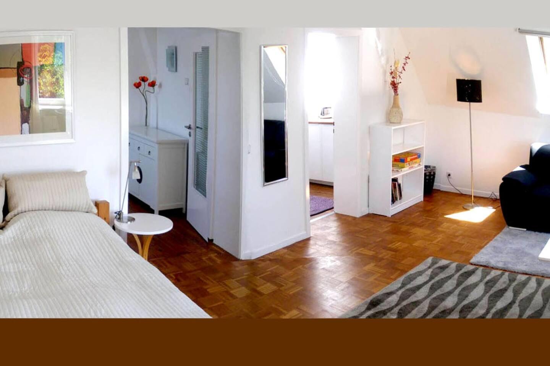 Das 1. Zimmer hat rd. 30 qm und liegt zur Gartenseite.
