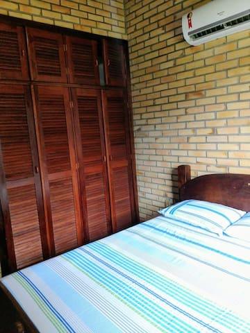 Quarto 1 com ar condicionado e armário