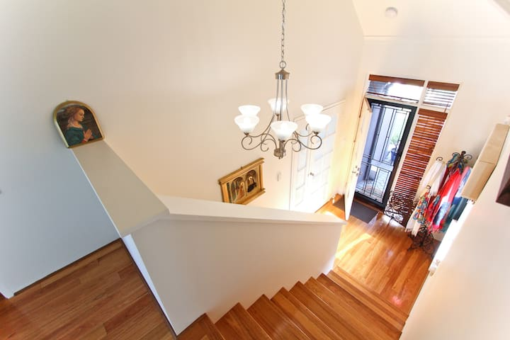 location, location, location. Private with ensuite - South Perth - Hus