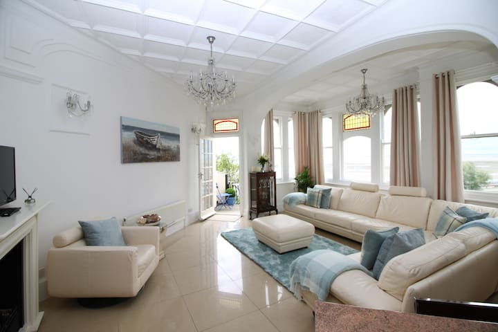 Superb sea views, lovely 3 bed apartment.