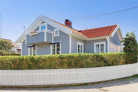 Pittoreskt, havsnära hus i charmiga Hasselösund - Smögen  - Dom