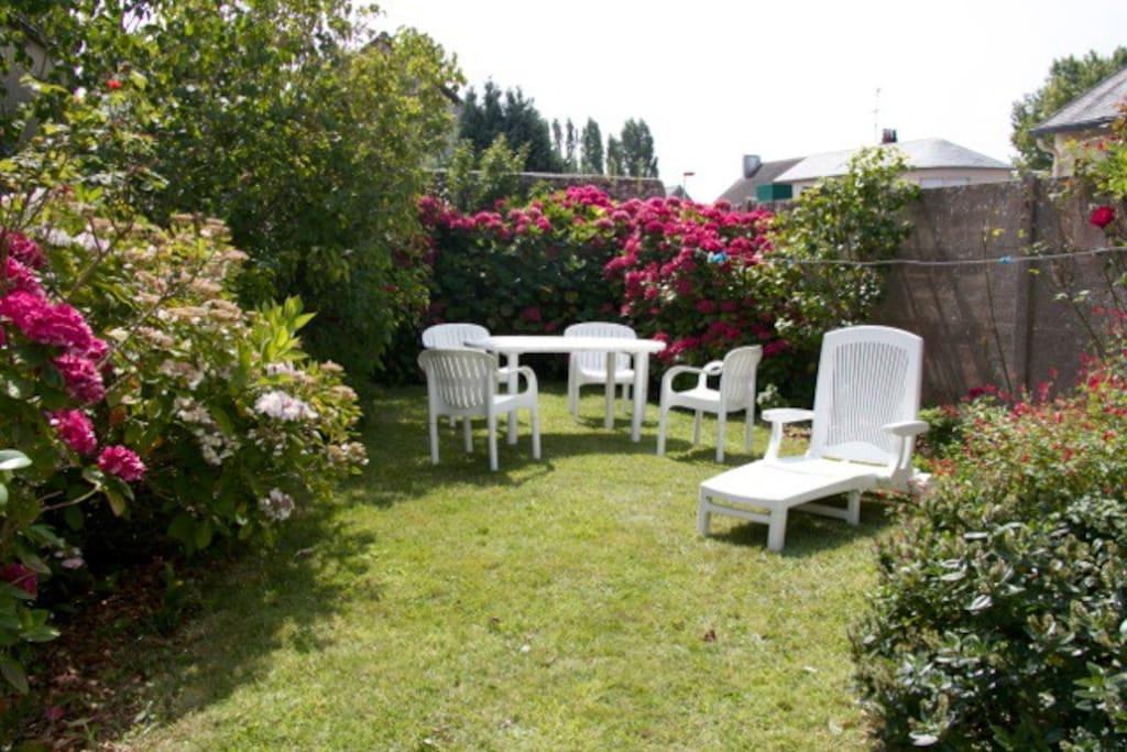 jardin calme à l'abri des regards. Parfait pour manger dehors