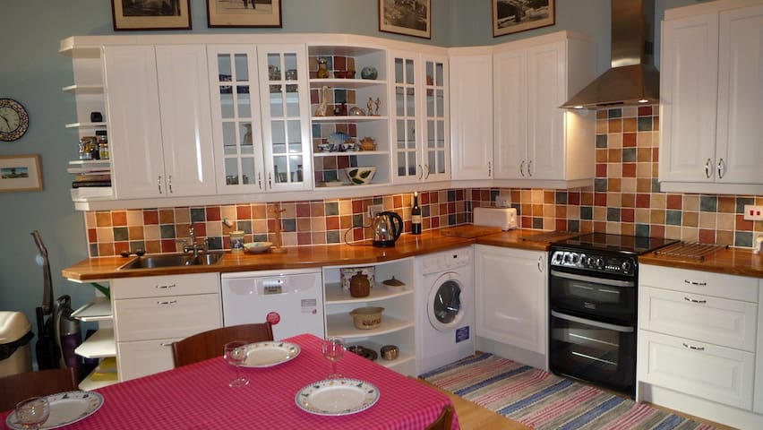 3 rooms, whole flat, central, £950 per month
