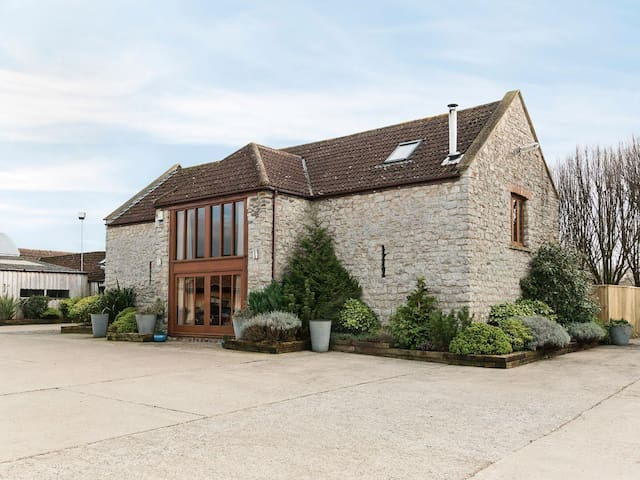 Luxury Barn with log burner NOW WITH HOT TUB