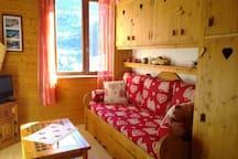 Salon avec lit gigogne pouvant faire un grand lit de 160x200 cm