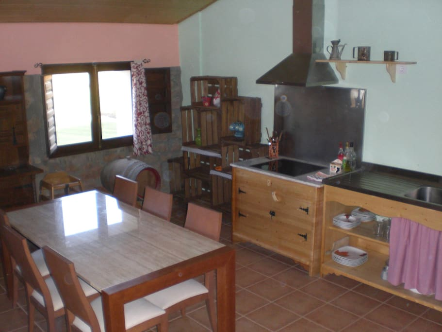Amplia y luminosa cocina para poder disfrutar de sus vacaciones en Sierra de Guara.