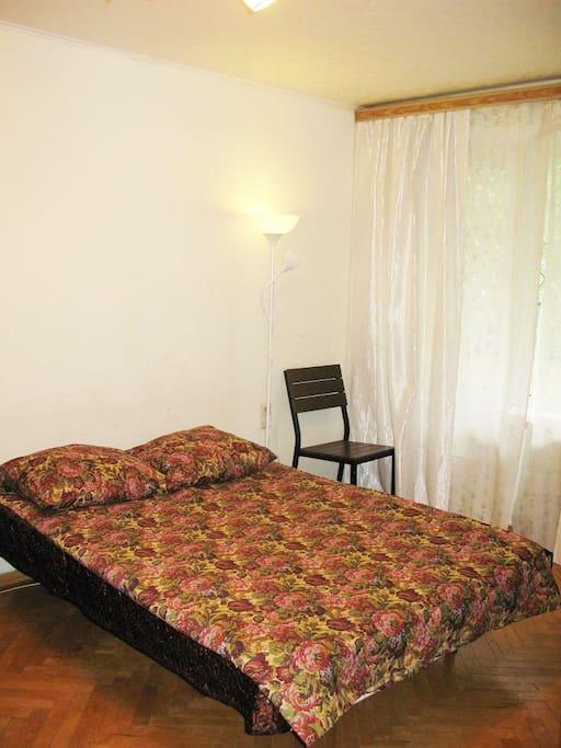 Двуспальный раскладной диван в разложенном состоянии.