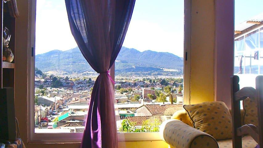 Vista desde la sala y comedor/ View from living and dining room