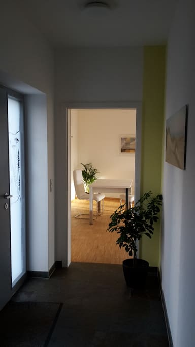 Flur mit separatem Wohnungseingang (Blick von Küchenzeile Richtung Essbereich)