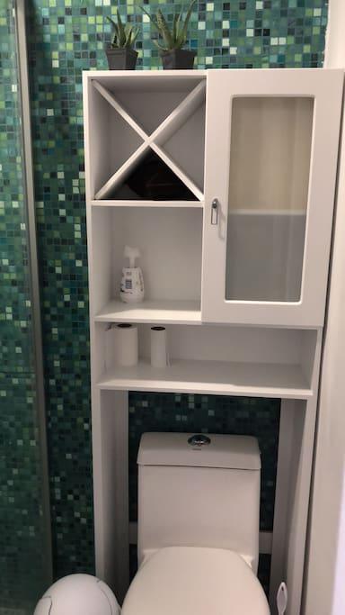 Toalla/papel higiénico/secadora de pelo /shampoo etc