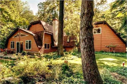 The Luxe Chalet on Red Cedar River, with Hot Tub!