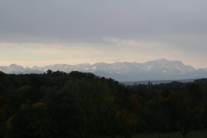 Blick von der Terrasse auf die Alpen mit Zugspitze