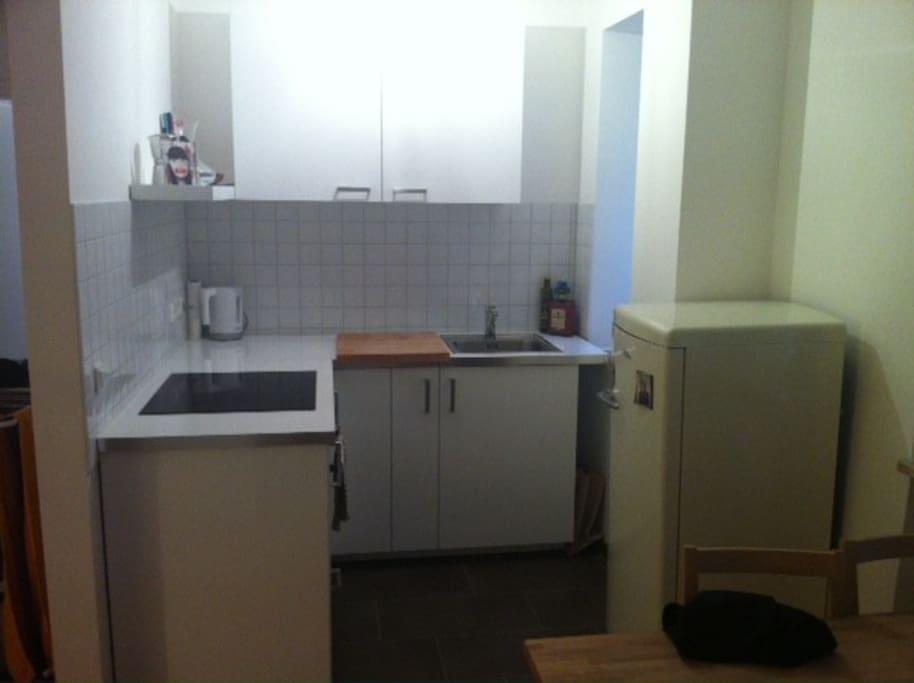 Küche mit Backofen & Kühlschrank