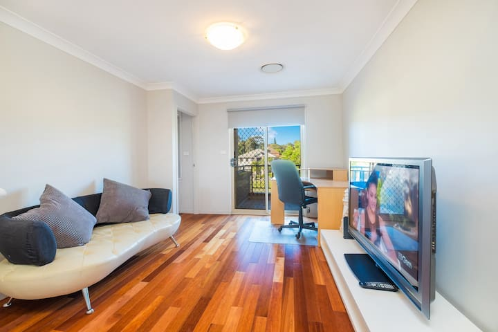 Warm Whole House near Bankstown Station(7 Bedroom) - Bankstown - Villa