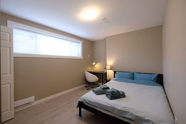 [F] Private Bed | 8 min. Walk to Metrotown Station