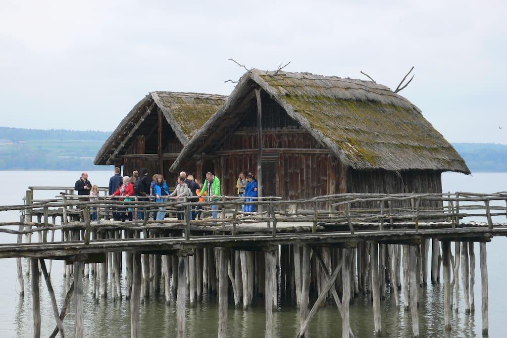 Einmalige Ausflugsziele wie beispielsweise das Pfahlbautenmuseum sorgen für Abwechslung.