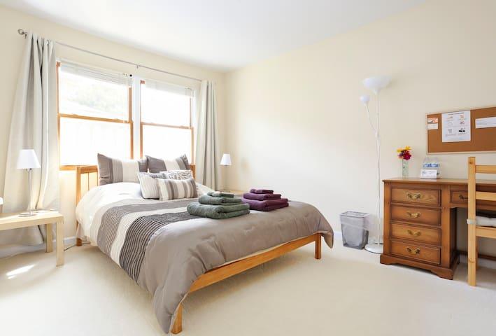 Comfy & clean room! FOR WOMEN :) - Menlo Park