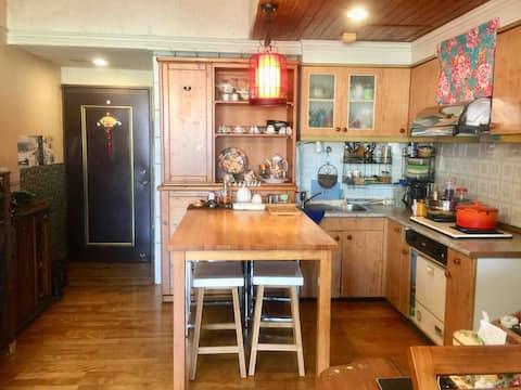 Rita 's Home(Eng. OK). 房子不大、但很溫馨典雅、來入住的朋友、會感覺像家人ㄧ樣