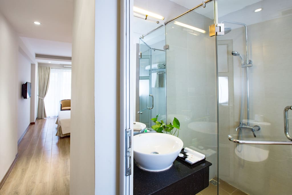 Clear and clean bathroom