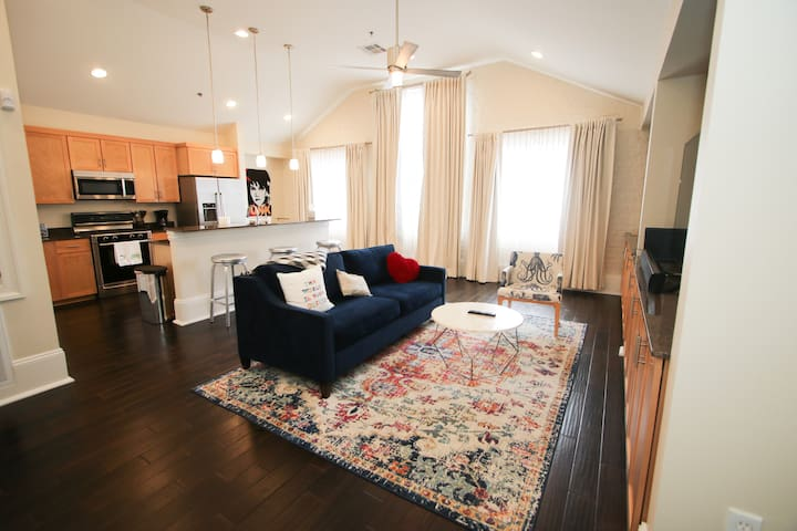 Amazing 1 BR in the CBD...Walk to French Quarter!!