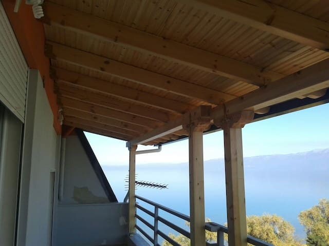 Gorgeous flat overlooking the lake - Pogradec - Lägenhet
