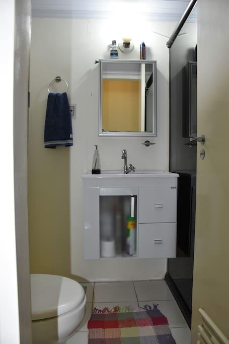 Banheiro privado e espaçoso.