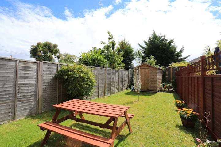 BOURNECOAST: PET FRIENDLY FLAT WITH GARDEN - FM667