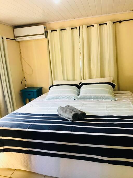 dormitório 1 com banheiro e ar condicionado, cama queen