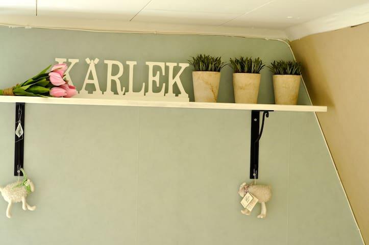 Kärlek means 'love'