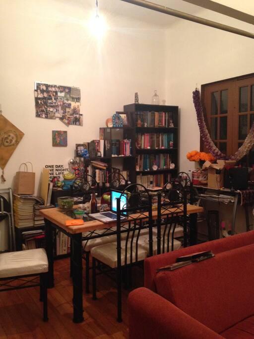 El comedor y un librero con muchas opciones
