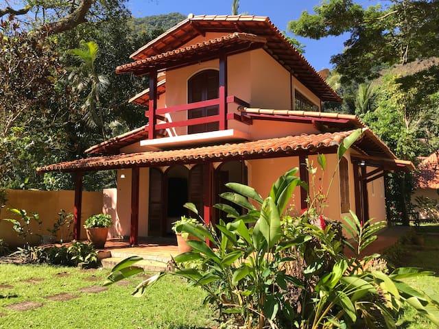 Casa espaçosa e charmosa há 50m da Praia