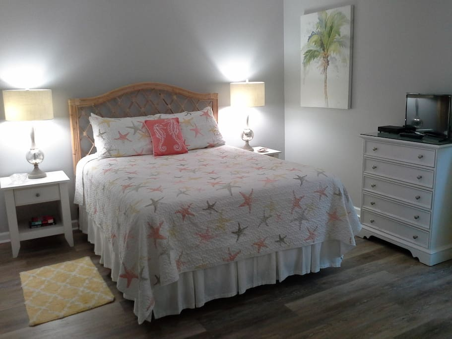 Peaceful tropical theme with queen pillow top mattress