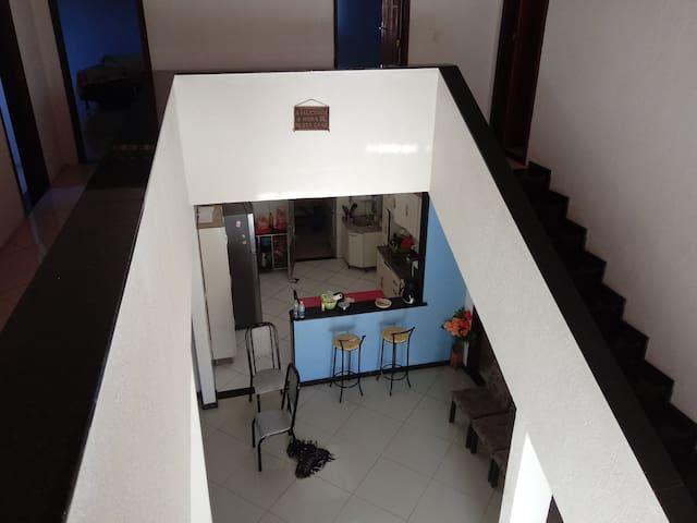 Visão panorâmica da sala e cozinha .