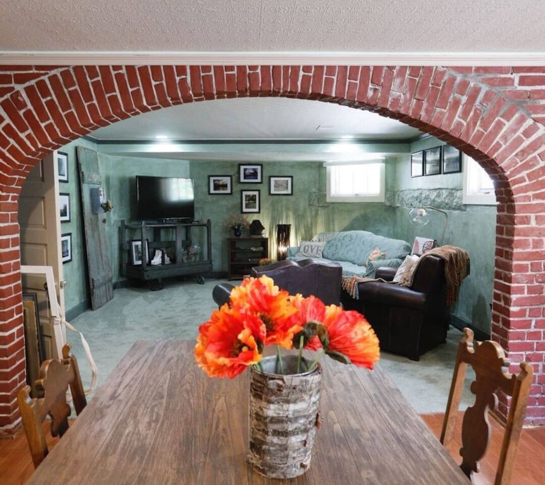 The Gallery Suite w/private entrance is bright and colorful with loads of natural lighting and views of the English garden. It's family friendly: kitchen, dining table, big TV, internet, cozy queen bed, two singles, roll out couch and 1.5 baths.
