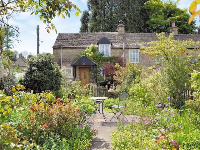 Characterful, Cosy Cotswold Cottage - Avening  - House